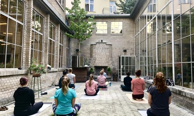 Summer yoga, Opero, yoga, coworking, Prague, Alžběta Husáková