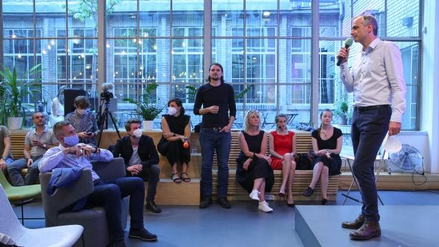 Pavel Přikryl, zakladatel byznys klubu a coworking hubu Opero, uvádí debatní večer Společnost 4.0
