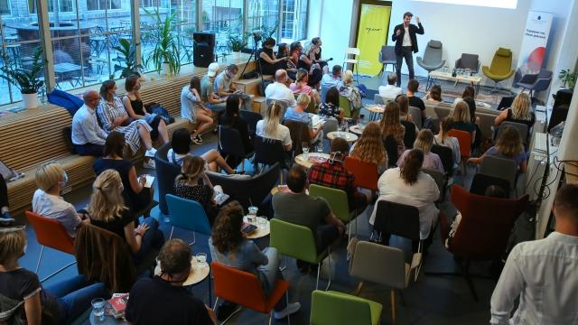Prostor pro akce 100 osob, pro 100 lidí, venkovní prostory, pronájem prostor na akci, konference, debata, diskuze
